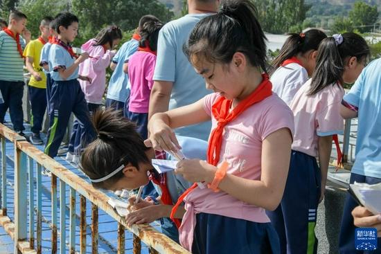 9月2日,渭州学校的学生在实践过程中撰写心得体会。新华社发(王紫轩 摄)
