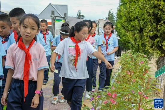 9月2日,渭州学校的学生们在工作人员的带领下参观陇西药圃园。新华社记者 白丽萍 摄
