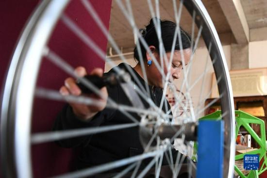 加科村村民旦真吉在藏族手工艺品车间纺线(9月9日摄)。新华社记者 陈斌 摄