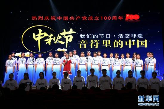 兰州职业技术学院合唱团演唱《大豆谣》。新华网发(童张伟 摄)