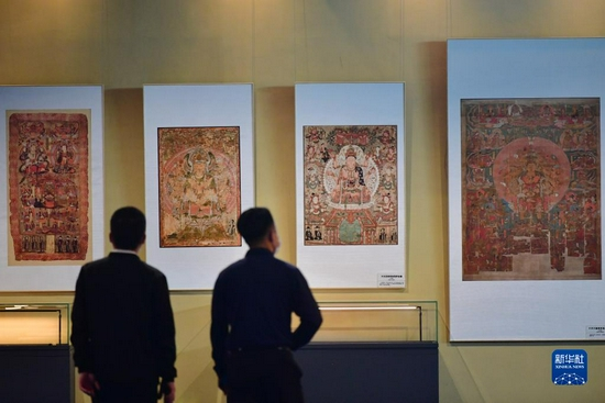 观众在敦煌流散海外精品文物复制展上参观(9月24日摄)。