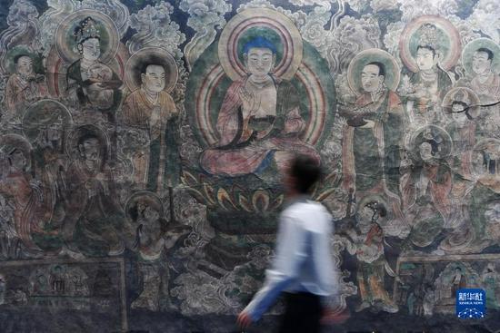 观众在敦煌流散海外精品文物复制展上参观(9月24日摄)。新华社记者 陈斌 摄