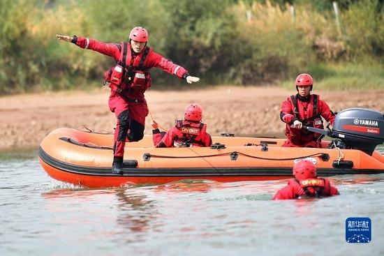 9月29日,消防指战员在甘肃省临夏回族自治州永靖县刘家峡水域进行落水人员营救训练。新华社记者 陈斌 摄