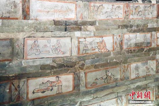 画像砖内容为仆人们在忙碌地加工食物。高展 摄