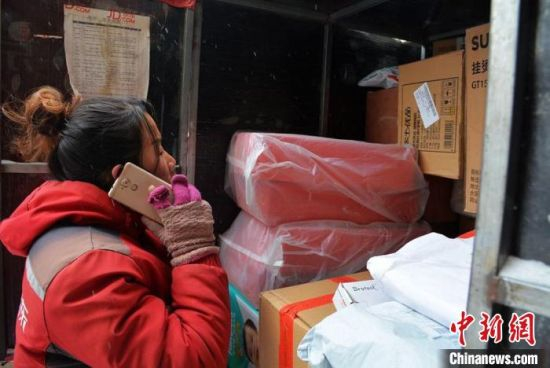 图为甘肃一名快递从业者工作。(资料图) 郭红 摄