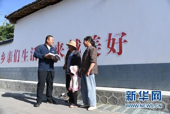 8月5日,元古堆村内,村支书朱惠军正在进行普法工作。新华社记者 崔翰超 摄