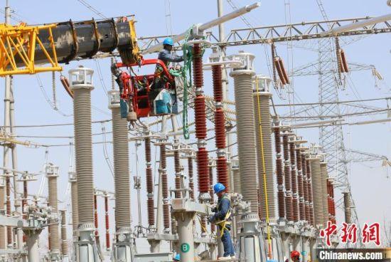 4月16日,国网甘肃检修公司工作人员在750千伏兰州东变电站工作。(资料图) 高展 摄