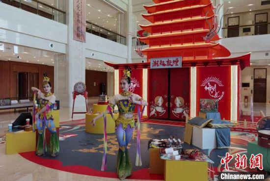 """在贯穿全年的2021""""东亚文化之都·中国敦煌活动年""""上,正在敦煌举行的""""潮起敦煌""""文创展格外亮眼。 丁思 摄"""