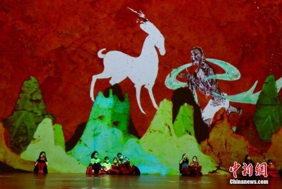 """8月27日,观众在北京华熙LIVE·五棵松参观""""遇见敦煌·光影艺术展全球首展""""。据悉,该展借200余幅艺术大家重绘的敦煌壁画作品,通过数字光影展陈方式,再现敦煌石窟文化的艺术魅力。 中新社记者 易海菲 摄"""