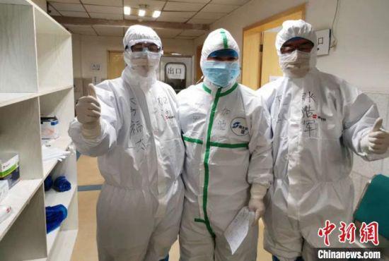 甘肃省人民医院公共卫生与医院感染管理处处长张浩军,是国家卫生健康委员会从全国调派增援武汉的十名感控专家之一,被分配至武汉市第五医院工作。 钟欣 摄