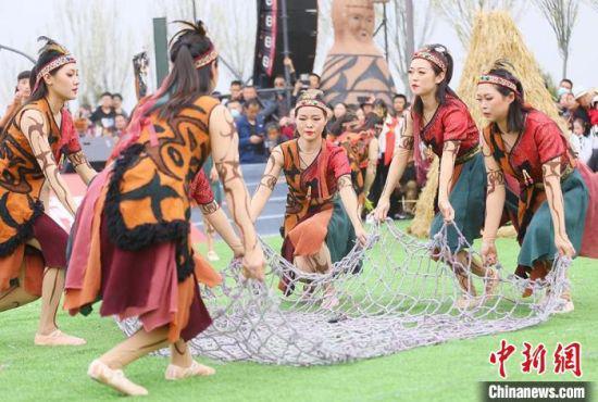 """4月12日至20日,甘肃省天水市创排舞蹈剧《悦动大地湾》,引民众""""梦回""""八千年远古时代。 高展 摄"""