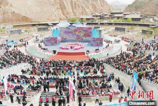 4月17日,第38届兰州桃花旅游节在仁寿山景区开幕。 高展 摄