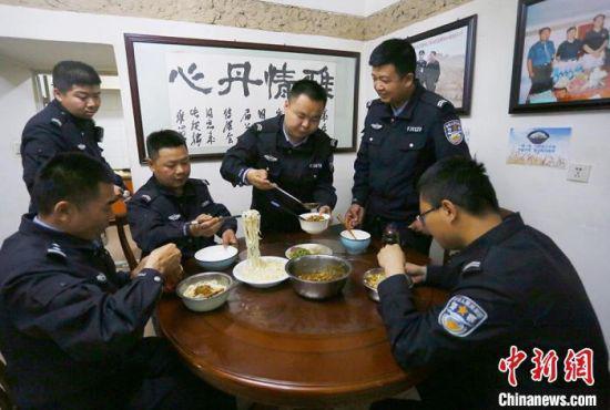 雅丹世界地质公园治安派出所民警正在吃午饭。 高展 摄