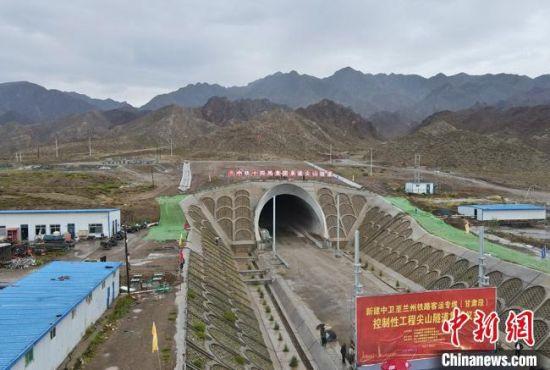 图为尖山隧道口。 吴亚杰 摄