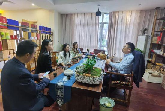 中新社记者在安吉县余村进行采访。