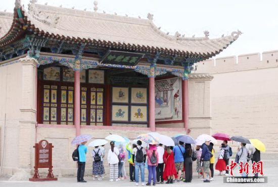 游客在嘉峪关关城观光游览。高展 摄