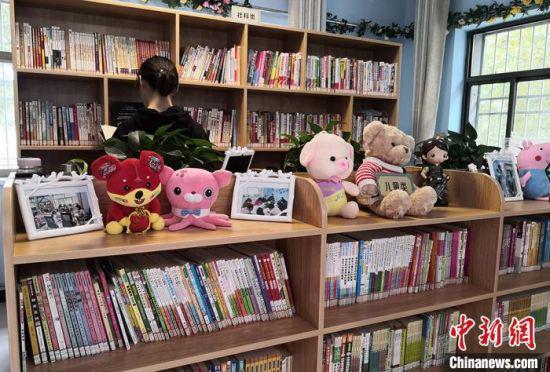 图为白银区市民在社区书屋阅读。 刘玉桃 摄