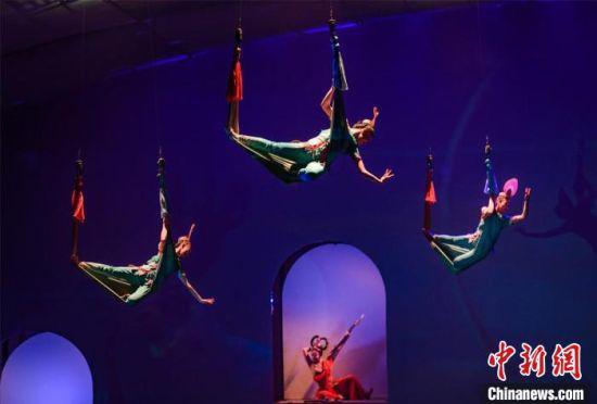 4月15日,《敦煌盛典》全面升级改版后,在甘肃敦煌鸣沙山下上演。 王斌银 摄