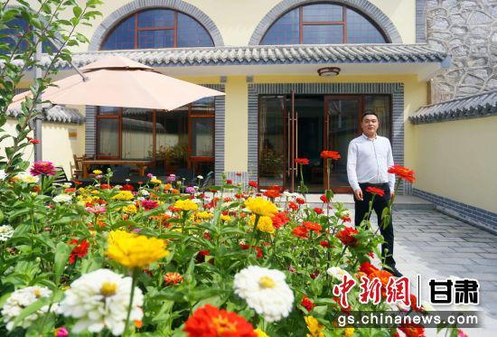 2020年9月上旬兰州市榆中县甘草店镇车道岭村里开设的窑洞宾馆。(资料图) 高展 摄