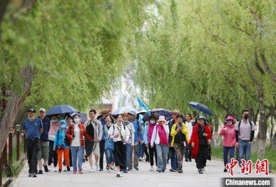 暑期里,嘉峪关关城景区也迎来了旅游旺季。高展 摄