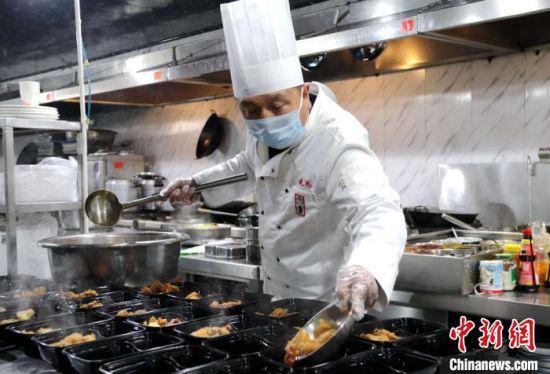 2月16日,甘肃庆阳市西峰区什社乡文安村村民魏显德正在为一线防疫人员准备午饭。 耿洋洋 摄