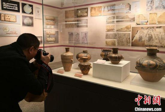 图为:民众在甘肃省博物馆观赏展出的文物。(资料图) 杨艳敏 摄
