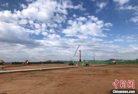 9月2日,甘肃白银通用机场项目建设现场,塔吊林立、机器轰鸣,施工人员正在加紧赶进度,确保按期完工。