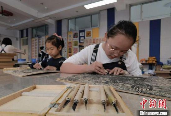 4月中旬,兰州市城关区安乐村小学学生创作巨幅《黄河之滨也很美》木刻版画,赞美家乡。 刘玉桃 摄