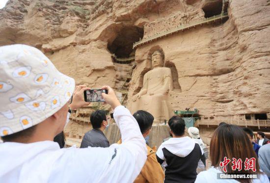 图为台青参观炳灵寺内最大石窟佛像。中新社记者 高展 摄