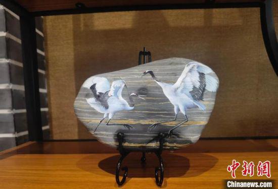 图为马玉兰以黄河石纹路为水波纹画的两只丹顶鹤。 高康迪 摄