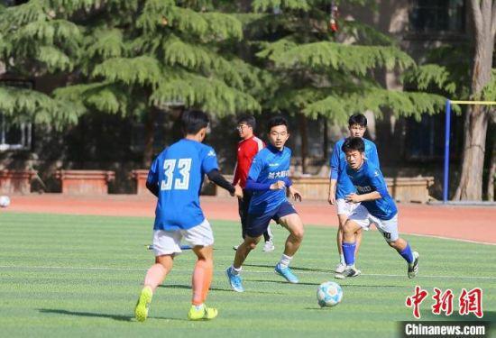 图为兰州大学附属中学的学子,在外教指导下进行足球比赛。 高展 摄