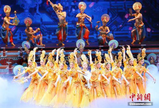 6月28日晚,甘肃省庆祝中国共产党成立100周年文艺演出——音乐舞蹈史诗《致敬百年》在兰州举行。图为演员演绎舞剧《丝路花雨》。
