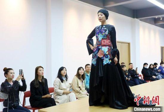 """民族服饰上的精美绣片,是东乡绣娘以""""平绣""""""""彩绣""""""""剁花""""等传统手艺制作而成。 高展 摄"""