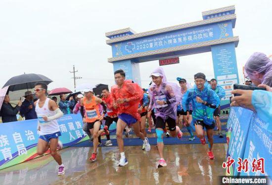 8月23日,拉卜楞高原半程马拉松在甘加秘境景区鸣枪开跑。