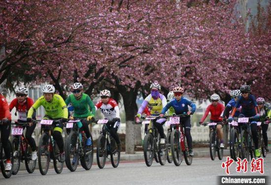 """4月11日,""""陇越骑联""""第一届甘肃省业余自行车联赛在甘肃陇南市两当县开赛。 冉创昌 摄"""