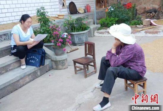 马海霞(左一)任甘肃省天水市武山县滩歌镇北山村党支部书记的十年里,她走遍了乡村的各个角落。(资料图) 韦晨灿 摄