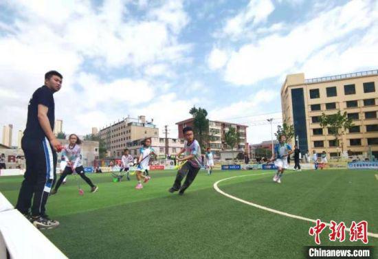 5月24日,兰州市学子进行校园旱地冰球联赛,展开激烈角逐。 闫姣 摄