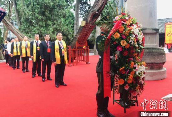 图为2020(庚子)年公祭中华人文始祖伏羲大典上,祭拜者等候以祭拜伏羲圣像。(资料图) 闫姣 摄