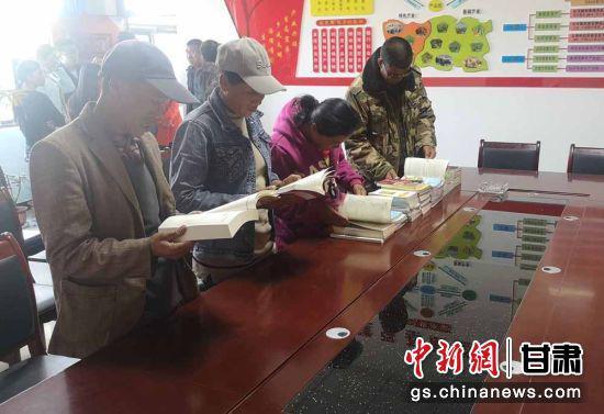 图为安掌村村民在农家书屋阅读。(资料图)