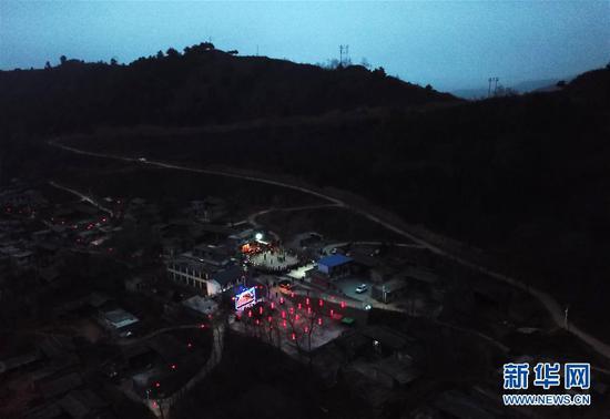 这是2月16日拍摄的甘肃省陇南市武都区鱼龙镇刘家湾村表演高山戏的场景(无人机拍摄)。 新华社记者 才扬 摄