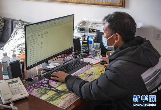 在西藏拉萨一家企业,钟科在整理消毒产品日报表(2月17日摄)。 新华社记者 孙非 摄