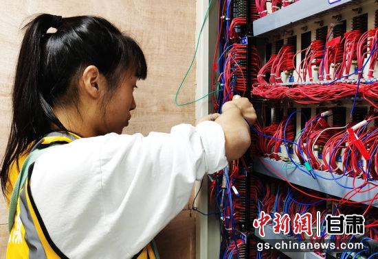 施工人员组合焊线。陈宏庆 摄