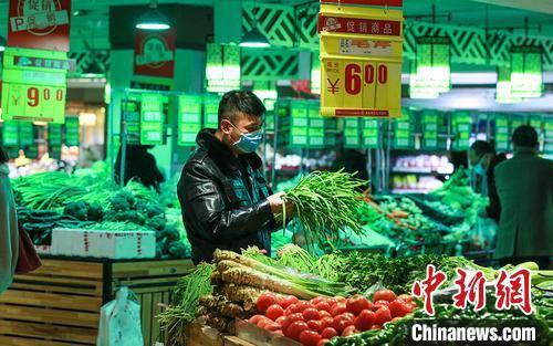 图为甘肃酒泉大型超市农产品销售区。 侯崇慧 摄