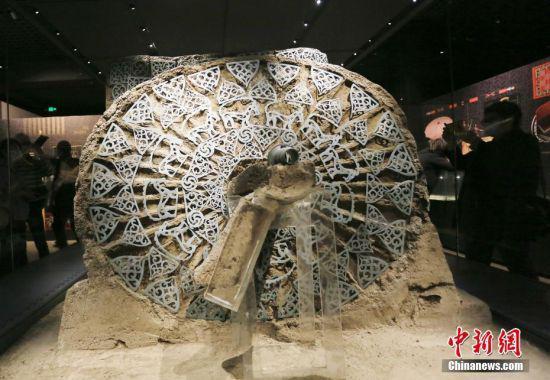 5月18日,兰州民众在甘肃省博物馆参观马家塬出土的战国马车。中新社记者 高展 摄