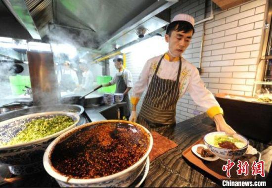 图为兰州一家牛肉面馆为顾客供应牛肉面。(资料图) 杨艳敏 摄