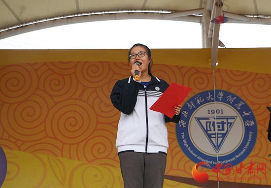 学生代表诵读诗人阿紫诗作《读中国》