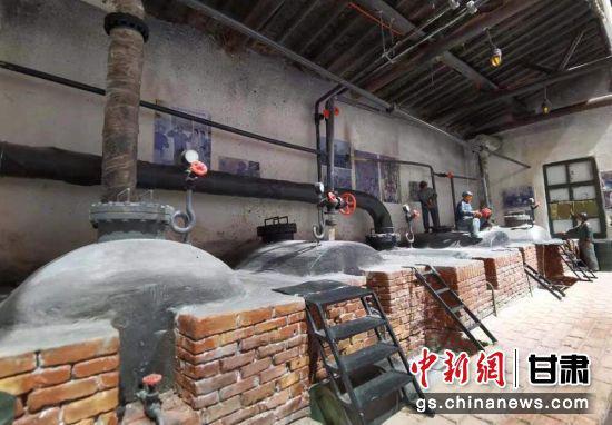 """6月16日,宝石花物业举办迎接建党100周年""""红色物业标杆项目""""""""优秀共产党员""""表彰大会。图为石油工人模型。"""