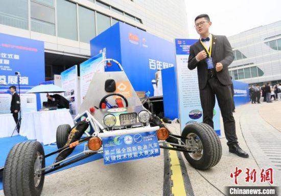 2021年5月22日,在甘肃省科技活动周现场,大学生展示新能源汽车轻量化技术。(资料图) 高展 摄