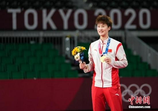 北京时间8月1日,在东京奥运会羽毛球女子单打决赛中,中国选手陈雨菲以21:18、19:21、21:18,总比分2:1战胜中国台北选手戴资颖,获得金牌。图为颁奖仪式。中新社记者 杜洋 摄