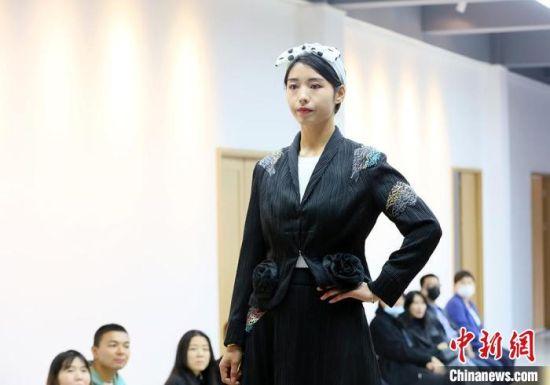 """9月26日,甘肃东乡绣娘身着带有""""东乡刺绣""""元素的民族服饰T台走秀。 高展 摄"""